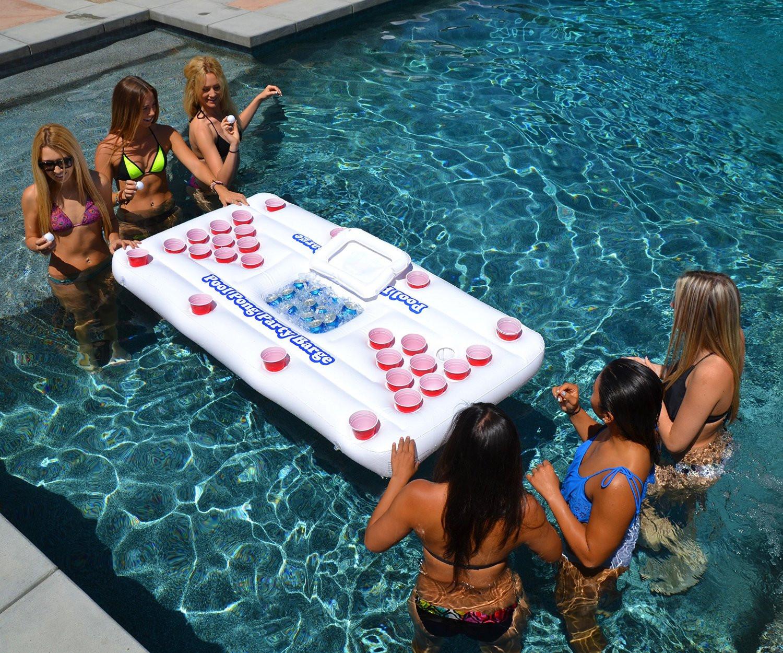 是游泳池裡的 beer pong遊戲桌這篇文章的首圖