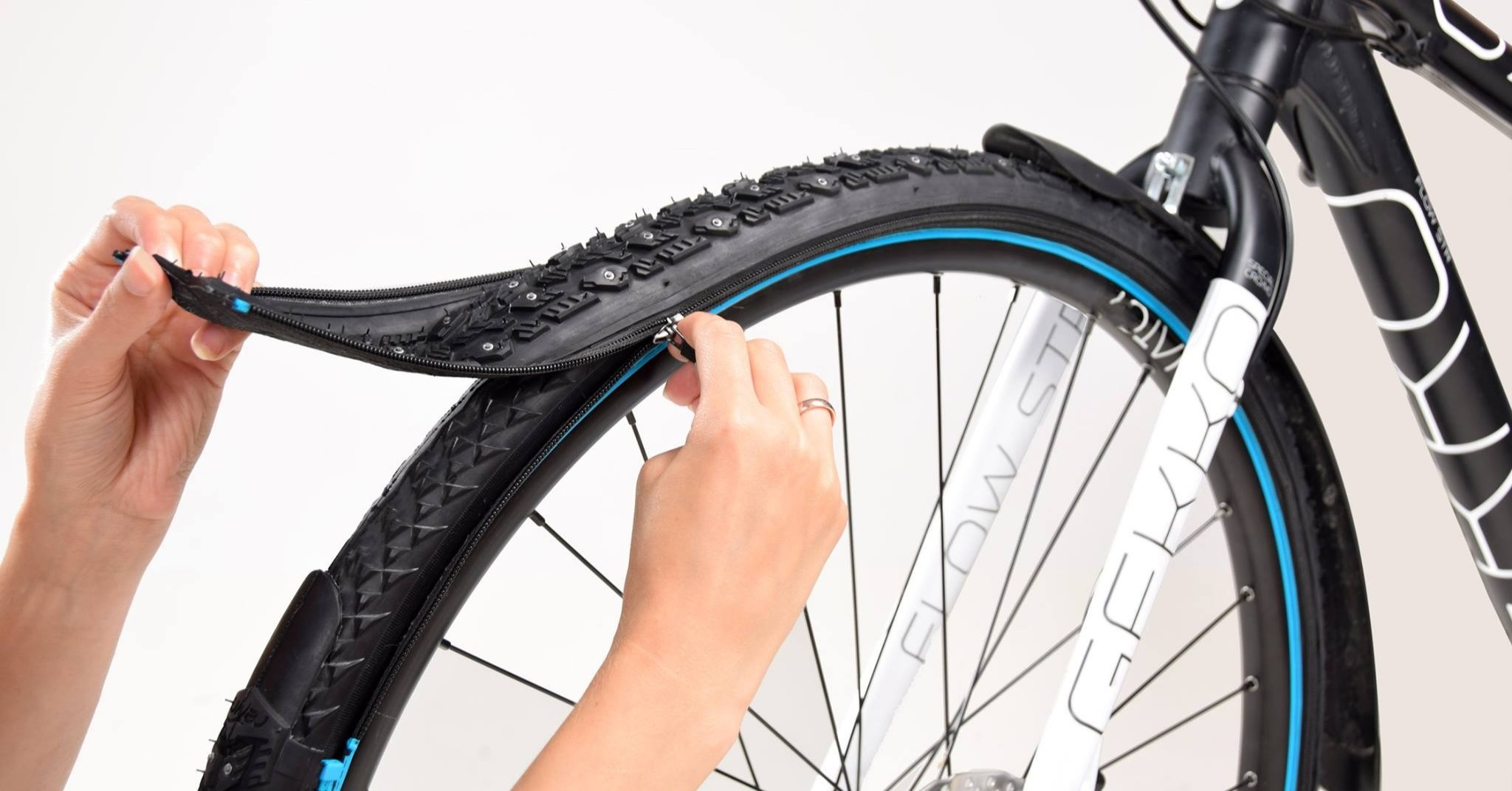 Tread, Bicycle, Tire, Car, Motorcycle, Transport, Bicycle Tires, Vehicle, Snow tire, Commuting, urban winter detachable studcovers, Überzieh-spikesreifen, bicycle, road bicycle, bicycle wheel, bicycle saddle, bicycle part, bicycle tire, bicycle frame, bicycle accessory, tire, product