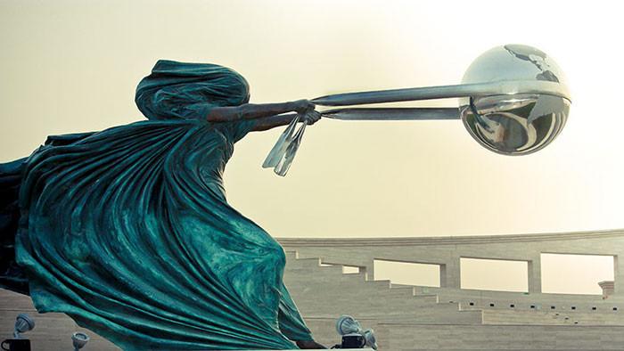 sculptures-defying-gravity-laws-of-physics-100-5a38c75e6fb2d_700
