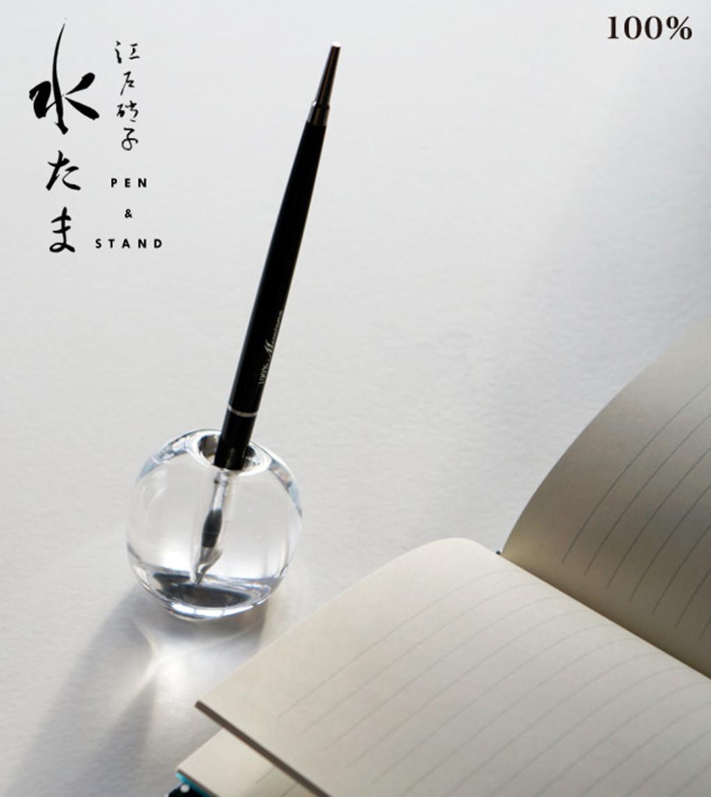 是美得像一顆淚珠的 Mizutama 玻璃筆座,正等待著你的下一次執筆。這篇文章的首圖