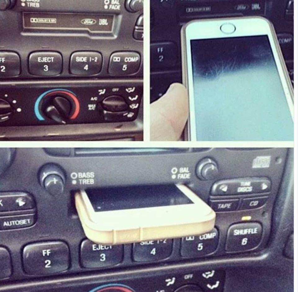 是這就是世代差異...,把手機插進錄音帶插槽的少年這篇文章的首圖