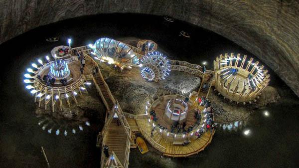 是深不見底!120 米 Salina Turda 老鹽礦變身鹽礦歷史博物館這篇文章的首圖