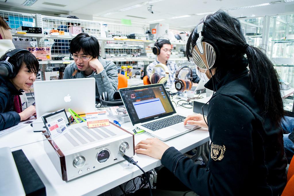 是[音響研究室] 十萬耳機任你玩?耳機迷一生一定要去朝聖一次的日本「eイヤホン」耳機店一日遊記!這篇文章的首圖
