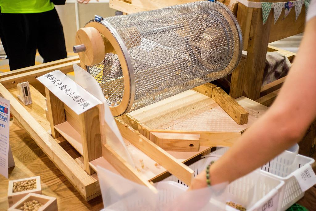 是[面白日本] 日本 Maker Faire Tokyo 特輯:純機械的浪漫(上)木製全自動大豆選豆機這篇文章的首圖