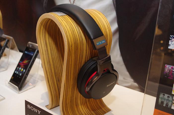 是支援 LDAC 藍牙音訊技術與觸控控制, Sony MDR-1ABT 動眼看這篇文章的首圖