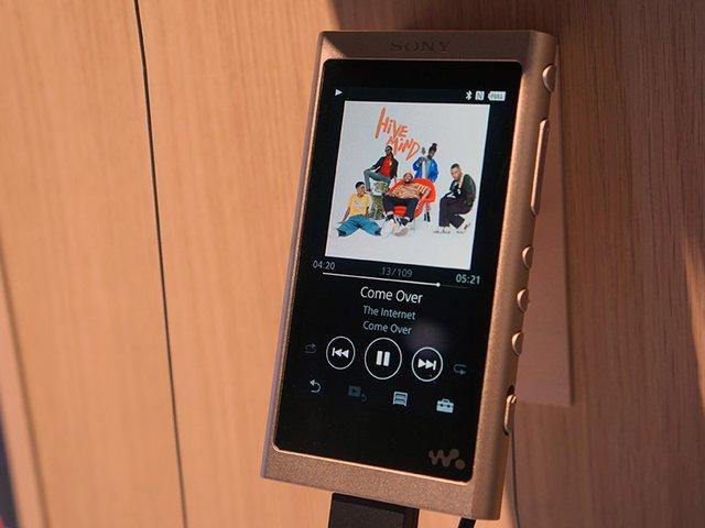 Sony 在 IFA 展出 Walkman A50 ,標榜趨近 ZX300 的鋁框體並且具備藍牙接收與黑膠音質模擬功能