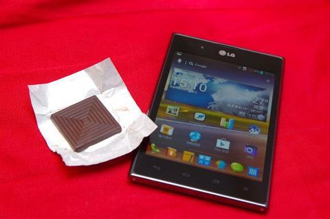 是一手難以掌握的黑色巧克力, LG Optimus Vu 動手玩這篇文章的首圖