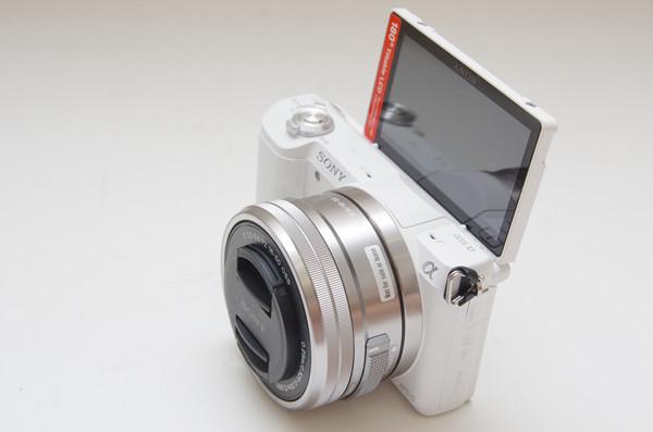 是介於 A5000 與 A6000 的進階機種,搭載觸控螢幕的 Sony A5100 正式在台發表這篇文章的首圖