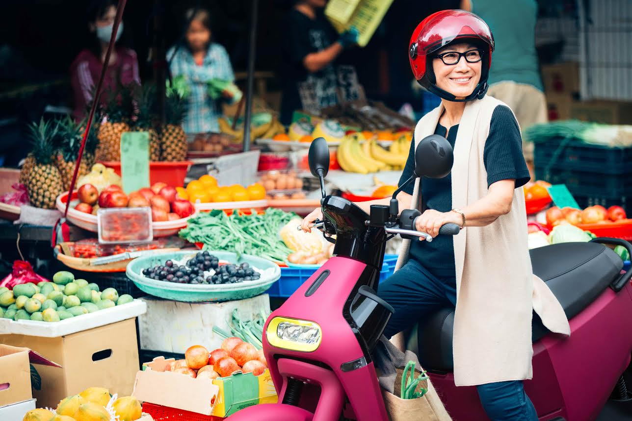 Electric vehicle, Car, Motorcycle, Electric motorcycles and scooters, Gogoro, , Motorcycle accessories, Scooter, Vehicle, Electric motor, Motorcycle, Selling, Public space, Snapshot, Market, Food, Street food, City, Local food, Cuisine, Tourism,城市,食品,美食,汽車,車輛,電動機,摩托車,旅遊,快照,公共空間,gogoro,電動摩托車和踏板車,滑板車,摩托車配件,電動汽車,street food,gong yu,市場槓桿,當地食品,銷售