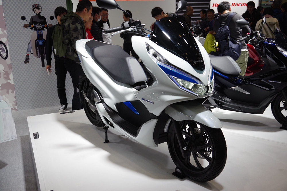 Scooter, Car, Motorcycle accessories, Motor vehicle, Motorcycle, Vehicle, Motorcycle fairing, Automotive design, Personal luxury car, Aircraft fairing, scooter, motor vehicle, car, motorcycle, vehicle, scooter, automotive design, motorcycle accessories, motorcycle fairing, personal luxury car