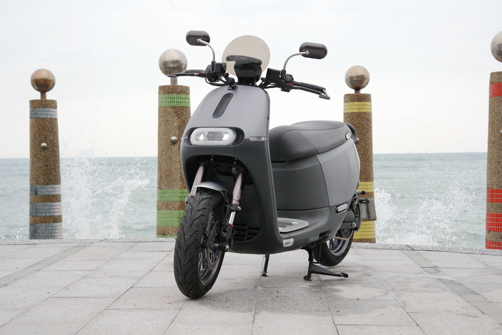 Car, Vespa, Motorcycle accessories, Motorcycle, Motor vehicle, Wheel, Scooter, Vehicle, Automotive design, Product design, vespa, Scooter, Vehicle, Mode of transport, Motor vehicle, Automotive design, Car, Transport, Automotive lighting, Automotive wheel system, Automotive tire