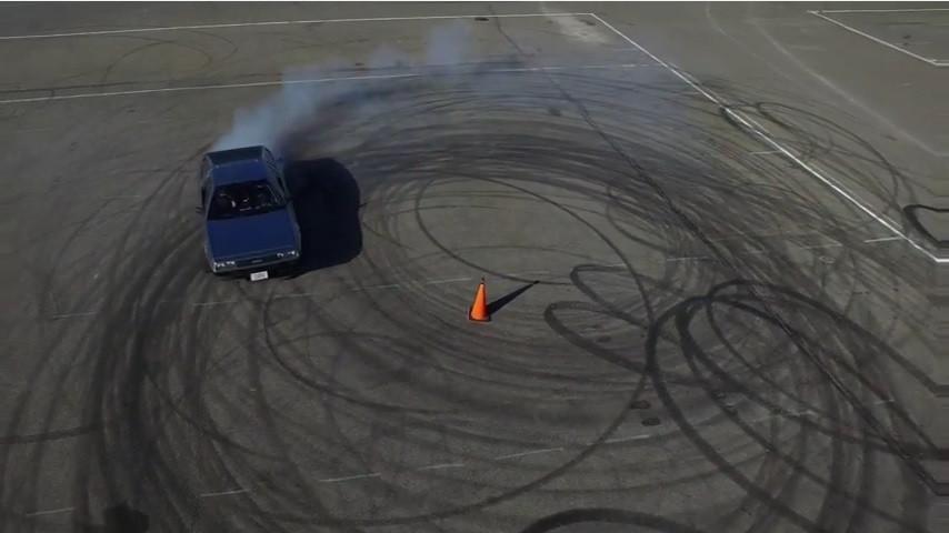 是另一種更科技的回到未來?史丹佛大學與 Renovo 把 DeLorean DMC-12 改裝成全自動甩尾的電動跑車這篇文章的首圖