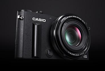 是等效 28-300mm f2.8 的口袋機,卡西歐發表 EXILM EX-100這篇文章的首圖