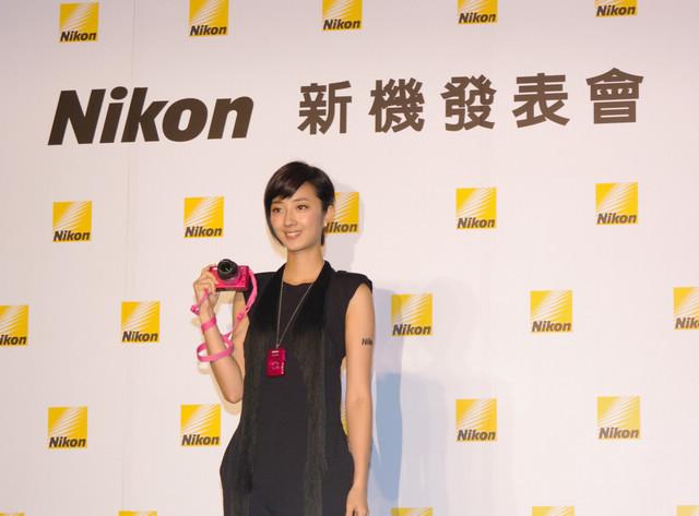 是Nikon 1 J2 質感強化,新增多種創意濾鏡,同時加映小巧的 11-27.5mm 變焦鏡這篇文章的首圖