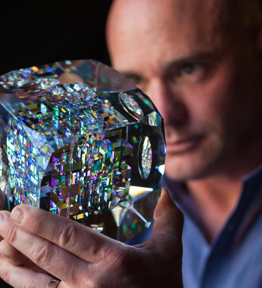 是封存玻璃七彩光芒,Jack Storms 光學雕刻創作這篇文章的首圖